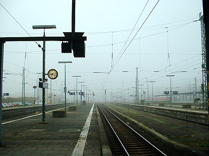 [Bild: Nebliger Morgen am Wiesbadener Bahnhof]