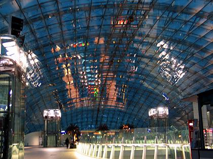 [Bild: Glaskuppel am Fernbahnhof Frankfurt-Flughafen]