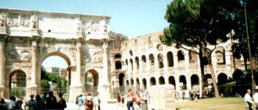 Schnappschuß aus Rom, rechts im Bild das Kolosseum, links der Konstantinsbogen
